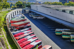 Bussen en bussen in busterminal in Madrid Royalty-vrije Stock Afbeelding