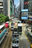 Bussen en trams die in het eiland van Hongkong reizen royalty-vrije stock fotografie