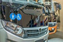 Bussen en vrachtwagens in reparatie bij het benzinestation worden opgesteld dat royalty-vrije stock afbeelding