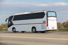 Bussen går på huvudvägen Fotografering för Bildbyråer