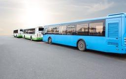 Bussen in het parkeerterrein stock afbeeldingen