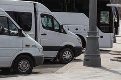 bussen in het Parkeerterrein in het stadscentrum royalty-vrije stock foto