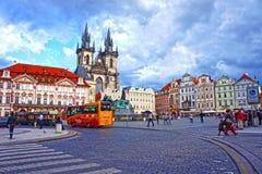 Bussen i gamla väntande turister för stadfyrkanten för väglett turnerar av de huvudsakliga dragningarna av staden i Prague Arkivbilder