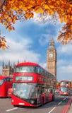 Bussen met de herfstbladeren tegen Big Ben in Londen, Engeland, het UK royalty-vrije stock fotografie