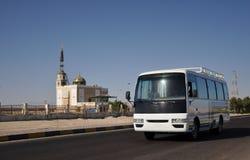 Bussen op de achtergrond van de moskee. stock fotografie