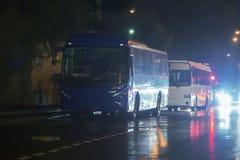 bussen op de straat bij nacht in de regen stock fotografie
