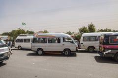 Bussen op de weg stock afbeelding