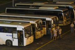 Bussen op een busterminal in Moskou stock foto's