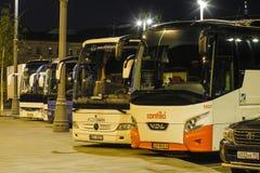 Bussen op een busterminal in Moskou stock fotografie