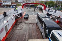 Bussen op Klein Grieks Broodje op Broodje van Veerboot stock afbeeldingen
