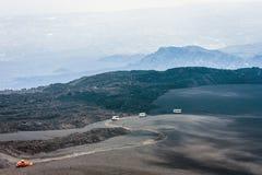 Bussen op Onderstel Etna, actieve vulkaan op de oostkust van Sicilië, Italië stock fotografie