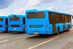 Bussen op parkeren stock afbeeldingen