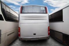 Bussen op wegbenzinestation stock foto