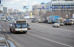 Bussen staden MAZ-107 som är rörande på den tilldelade remsan på den Volokolamskoye huvudvägen Arkivfoto