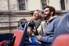 Bussen turnerar av stad Royaltyfria Foton