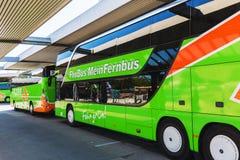 Bussen van Flixbus-lijn bij een busstation in Berlijn stock foto