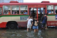 Bussen in werking gesteld zoals gebruikelijk in overstroomd Bangkok, Thailand, in November 2011 stock afbeeldingen