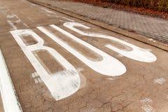 Bussfil BUSStecken på en konkret väg Trafik undertecknar in staden Arkivfoto
