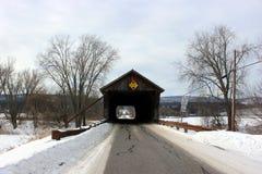 Bussgarage täckt bro Arkivbild