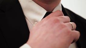 Bussinesman в черном костюме с белой рубашкой и связи регулируя связь акции видеоматериалы