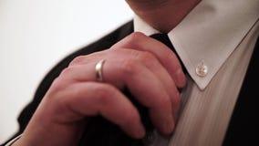 Bussinesman в черном костюме с белой рубашкой и связи регулируя связь видеоматериал