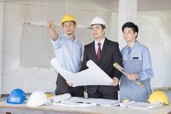 Bussinessman и профессиональные инженеры стоковые изображения rf
