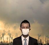 bussinessman con la mascherina e l'inquinamento atmosferico Fotografia Stock Libera da Diritti