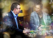Bussinessman die en in restaurant bij nacht nemen zitten Royalty-vrije Stock Afbeelding
