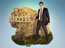 Bussinessman está esculpindo um sucesso da palavra Imagem de Stock