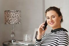 年轻bussinesswoman在家坐和谈话与她的从工作的同事 免版税库存照片