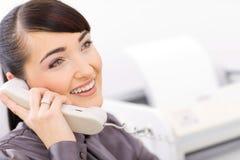 bussinesswoman говорить телефона стоковая фотография