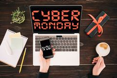 Bussinesswoman com smartphone, copo de café, portátil e caixa de presente, inscrição agora e cyber segunda-feira foto de stock royalty free
