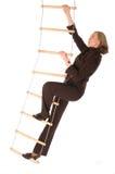 Bussinesswoman, welches die Strichleiter des Erfolgs climbering ist lizenzfreie stockfotos