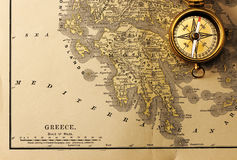 Bussola antica sopra la vecchia mappa di secolo XIX Fotografia Stock
