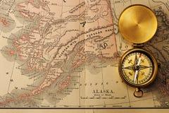 Bussola antica sopra la vecchia mappa di secolo XIX Immagini Stock Libere da Diritti