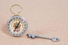 Bussola classica e vecchia chiave, DOF basso Fotografia Stock