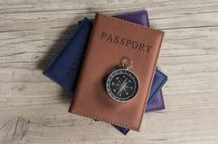 Bussola d'annata sui passaporti Immagine Stock