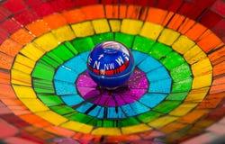 Bussola del cerchio in ciotola variopinta fotografia stock