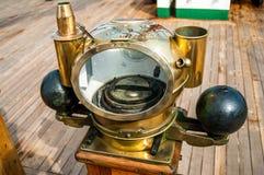 Bussola del ` s della nave con il supporto Fotografie Stock Libere da Diritti