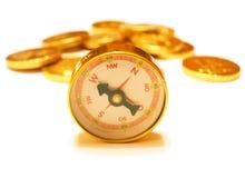 Bussola dorata con le monete dorate su bianco Immagine Stock Libera da Diritti