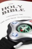 Bussola e bibbia Fotografia Stock