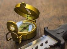 Bussola e coltello di sopravvivenza Fotografie Stock