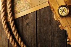 Bussola e corda antiche sopra la vecchia mappa Fotografie Stock