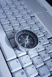 Bussola magnetica su un computer portatile fotografia stock libera da diritti