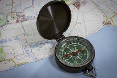 Bussola magnetica sulla mappa Fotografia Stock