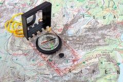 Bussola su una mappa d'escursione Fotografia Stock