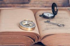 Bussola sul vecchio libro aperto Fotografie Stock