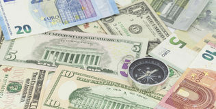 Bussola sulla banconota per la direzione finanziaria, concetto dell'affare Fotografia Stock