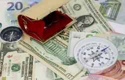 Bussola sulla banconota per la direzione finanziaria, concetto dell'affare Immagine Stock