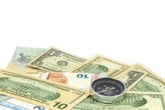 Bussola sulla banconota per la direzione finanziaria su fondo bianco Fotografie Stock Libere da Diritti